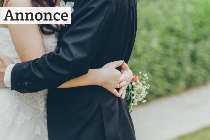 nygift par holder om hinanden